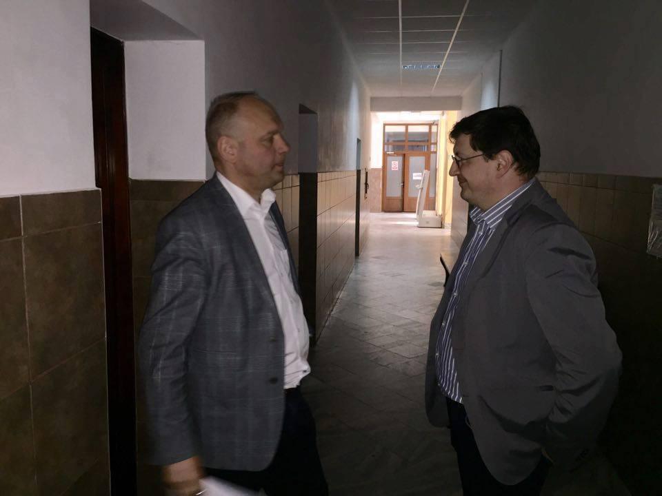 Șefimea PSD Suceava - în frunte cu Ovidiu Donțu și Cătălin Nechifor - ca leii în cușcă, pe holurile tribunalului, în asteptarea unui verdict pe viață și pe moarte