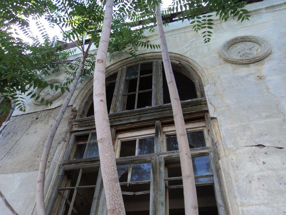 Galaţi: O clădire veche de aproape 100 de ani, scoasă la licitație de ambasada Italiei, după ce a fost lăsată în paragină și este în prag de colaps. Nu s-au găsit cumpărători 4