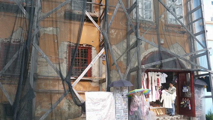 Sighișoara: O casă monument istoric din Piața Cetății arată ca o ruină 2